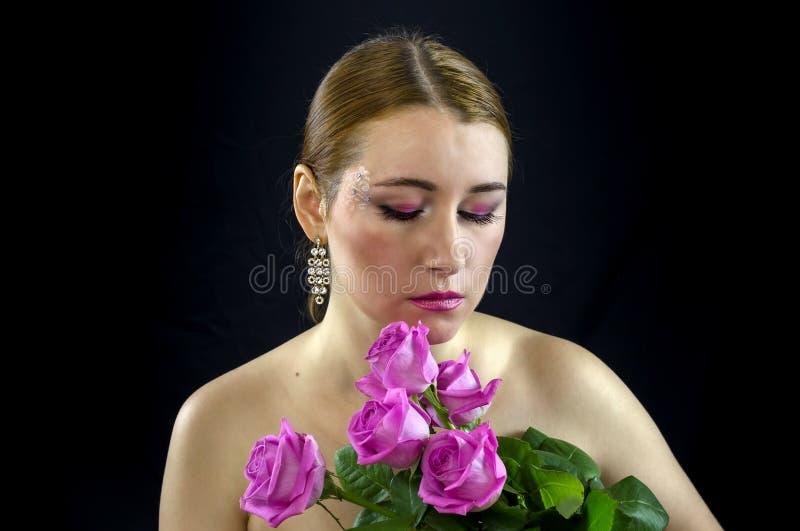 Jeune fille avec un bouquet des fleurs photo stock