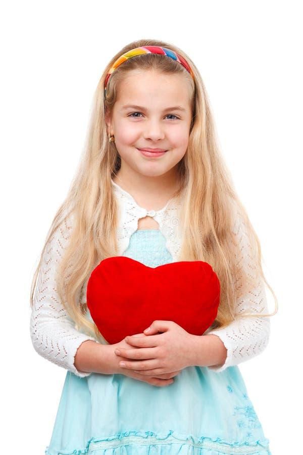 Jeune fille avec un coeur rouge photographie stock libre de droits