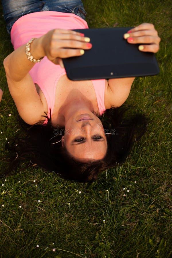 Jeune fille avec un comprimé photo libre de droits