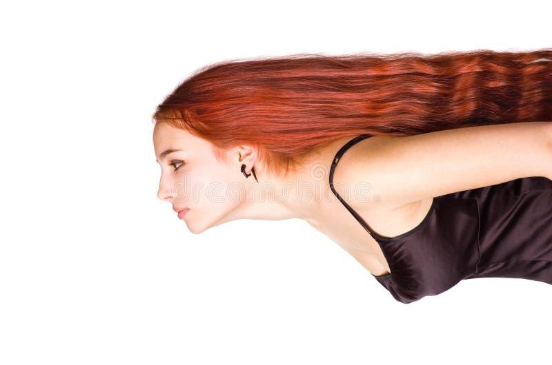 Jeune fille avec un long cheveu rouge images stock