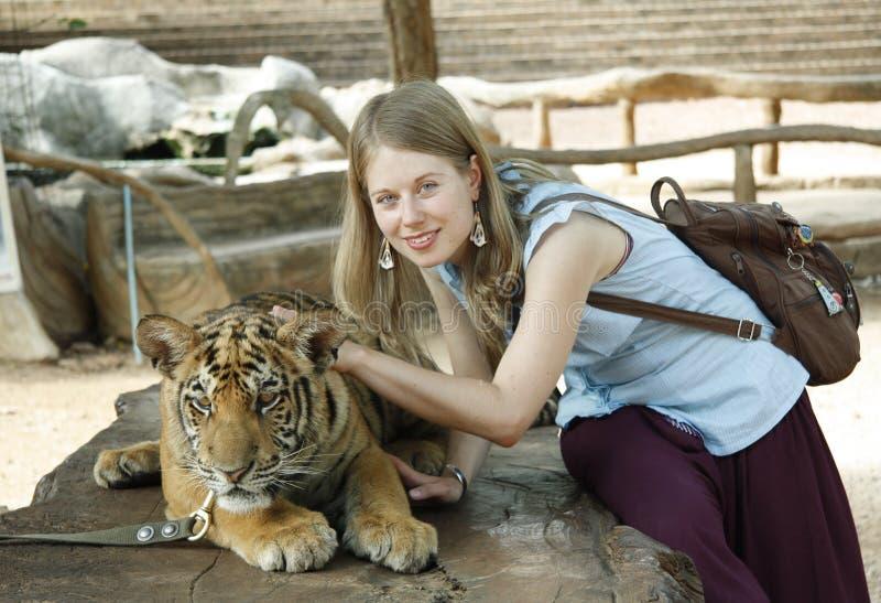 Jeune fille avec un tigre image libre de droits