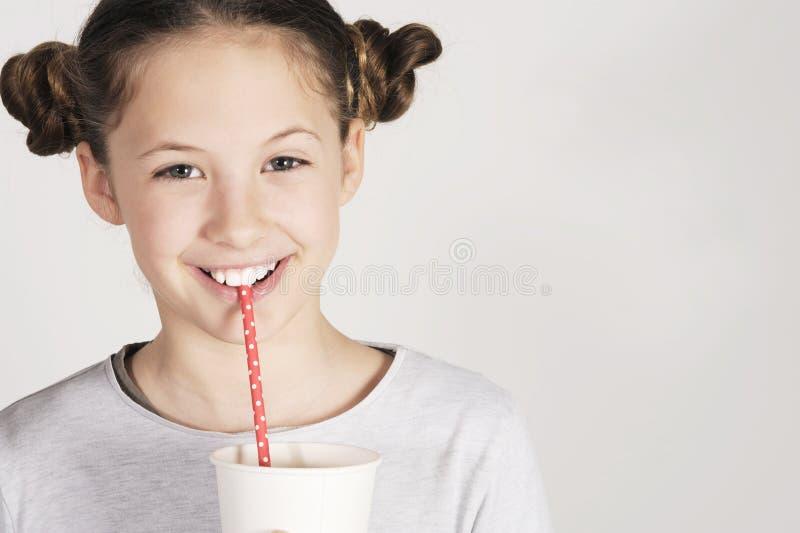 Jeune fille avec une boisson fraîche image stock