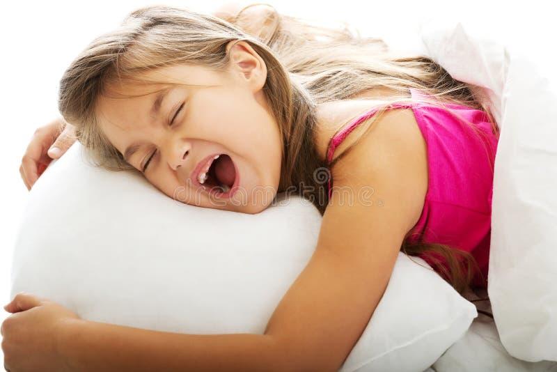 Jeune fille baîllant tout en se réveillant photo libre de droits