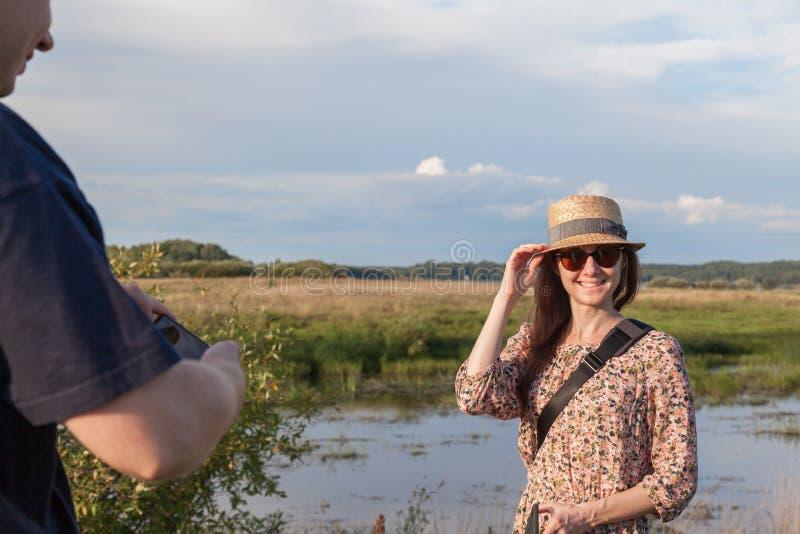 Jeune fille belle posant pour son petit ami photos libres de droits
