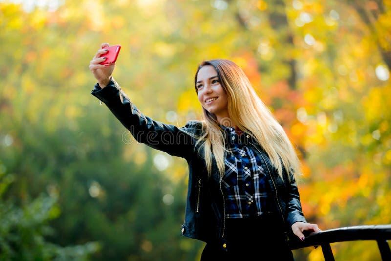 Jeune fille blanche employant un appareil-photo de téléphone portable pour un selfie photos libres de droits