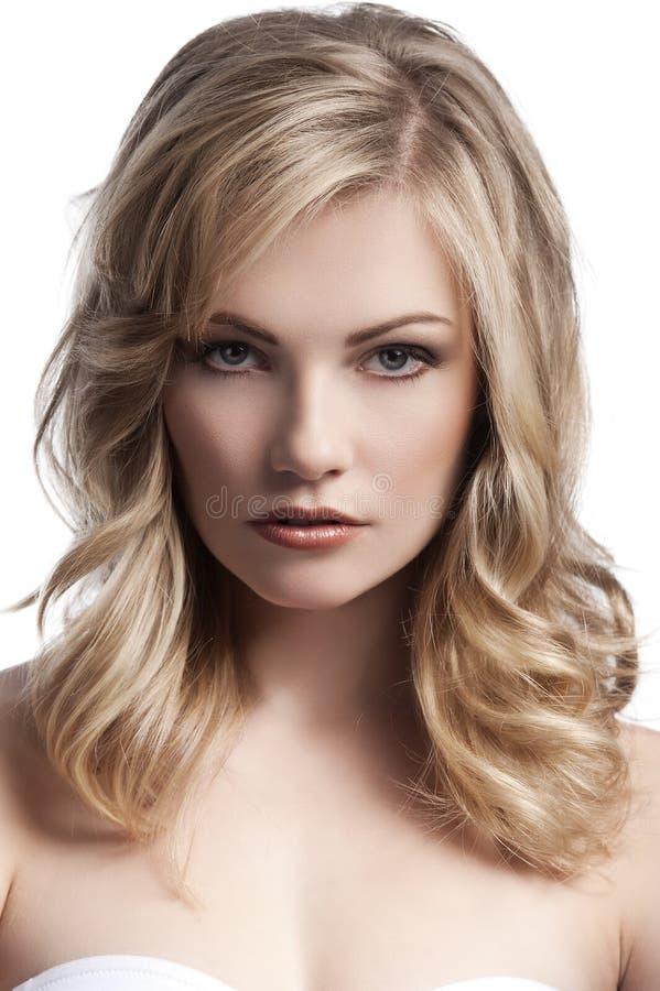 Jeune fille blonde avec le cheveu élégant image stock