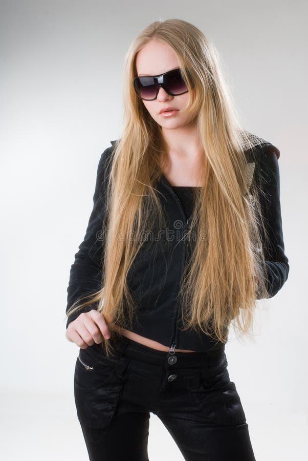 Jeune fille blonde dans des lunettes de soleil photographie stock