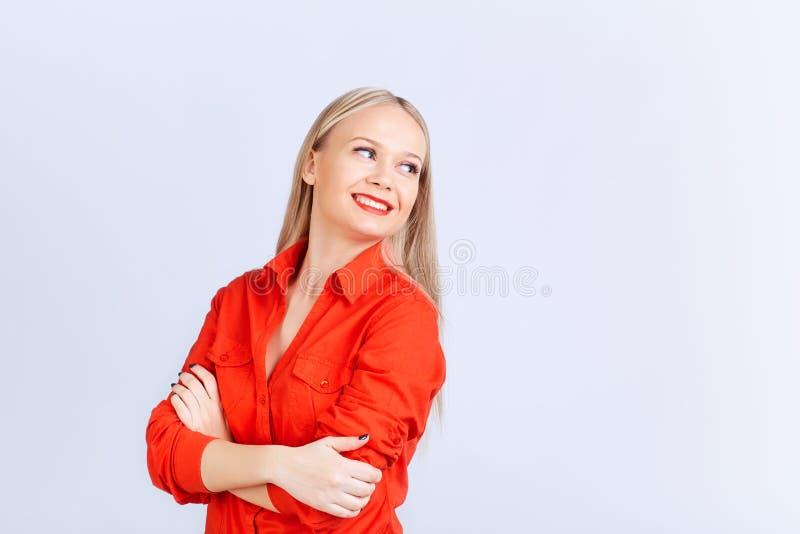 Jeune fille blonde dans des regards de tenue de détente image stock