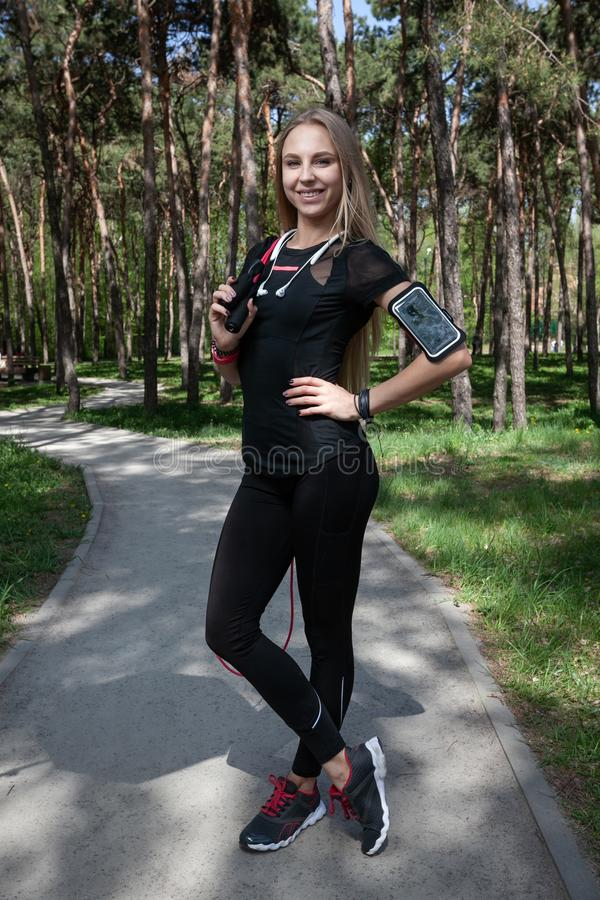 Jeune fille blonde en parc pendant la séance d'entraînement photo libre de droits