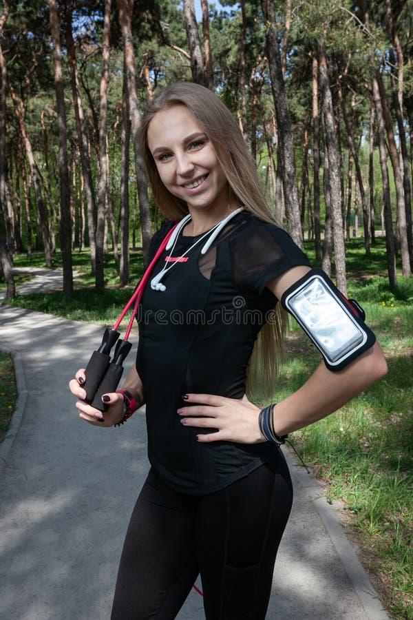 Jeune fille blonde en parc pendant la séance d'entraînement image libre de droits