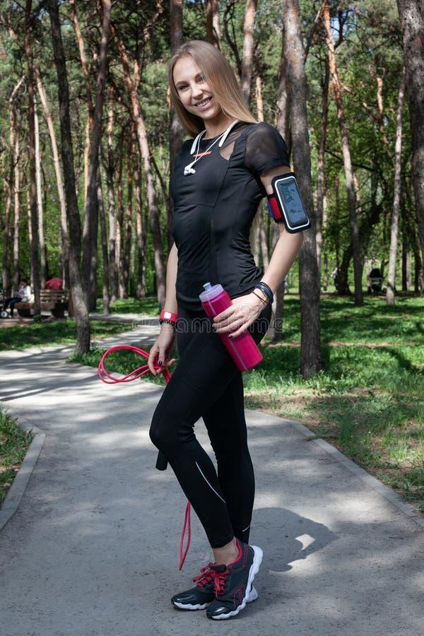 Jeune fille blonde en parc pendant la séance d'entraînement images stock