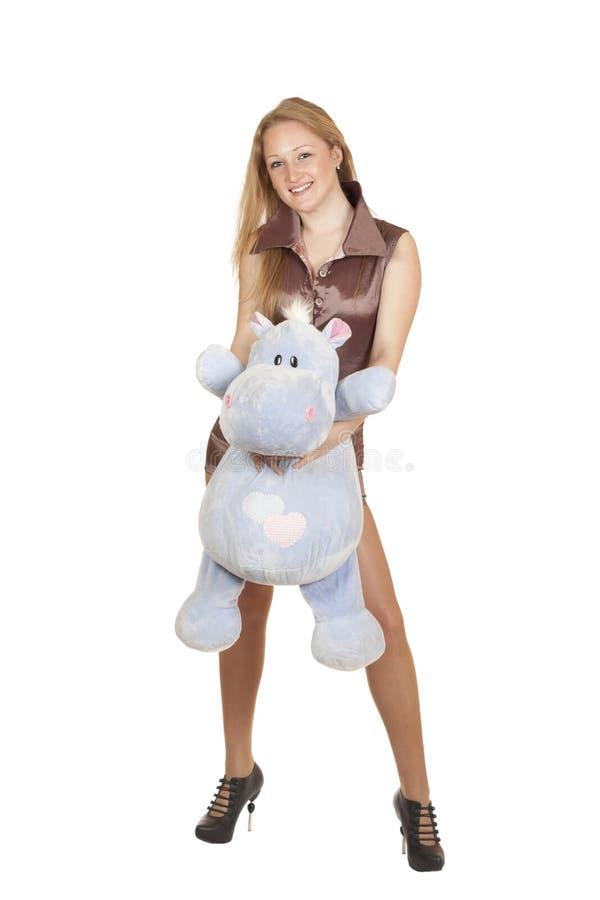 Jeune fille blonde retenant un jouet photographie stock libre de droits