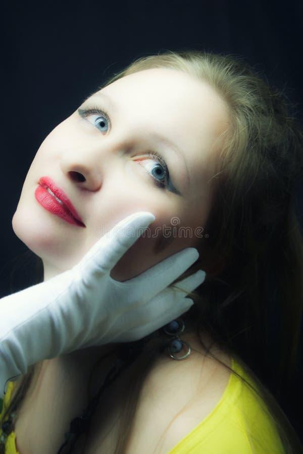 Jeune fille blueeyed fairhaired sur le fond noir photos stock