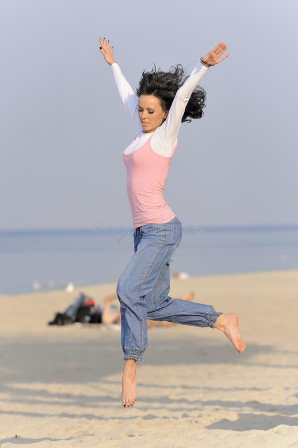 Jeune fille branchante sur la plage photo libre de droits
