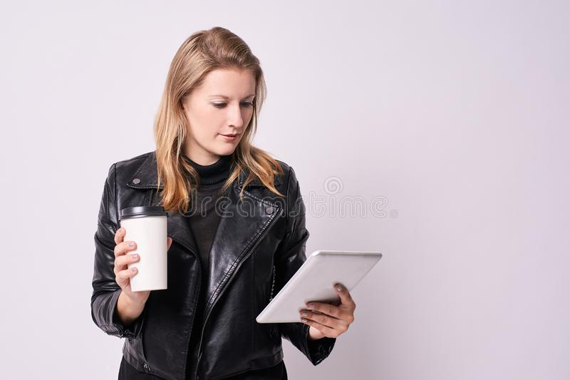 Jeune fille café en verre Tablette moderne Fond clair Busin images stock