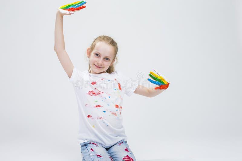 Jeune fille caucasienne active de sourire avec les paumes colorées malpropres images libres de droits