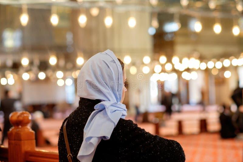Jeune fille caucasienne un foulard dans la mosquée image libre de droits