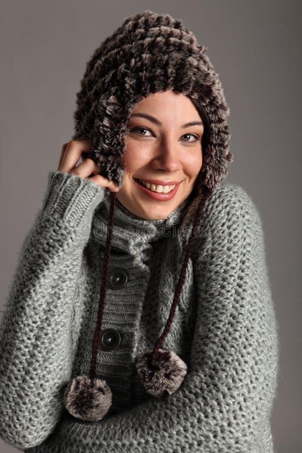 Jeune fille chaude pour l'hiver dans le chandail et le chapeau de laines images stock