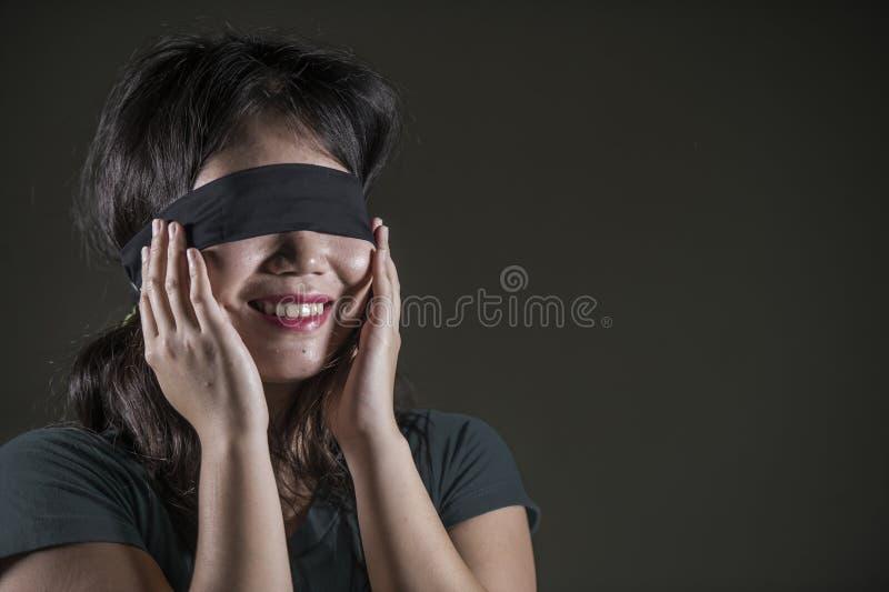 Jeune fille coréenne asiatique bandée les yeux heureuse et mignonne d'adolescent excitée jouant le défi viral d'Internet dangereu images stock