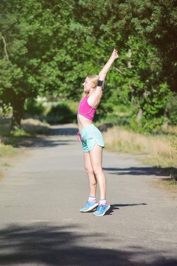 Jeune fille courant pendant le matin en parc de ville Forme physique saine photo stock