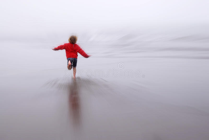 Jeune fille courant rapidement sur la plage images stock