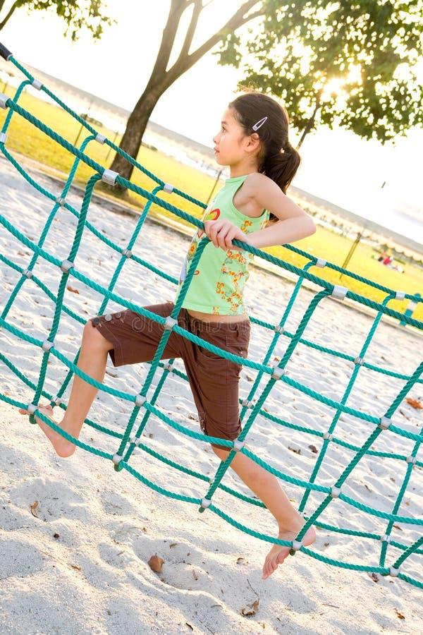 Jeune fille croisant la passerelle de corde photo libre de droits