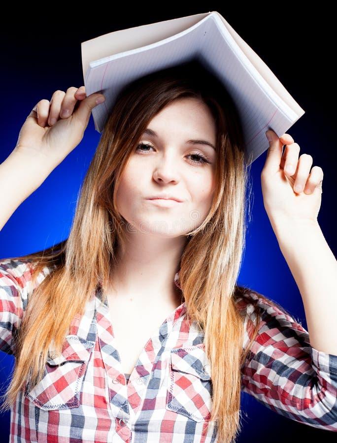 Jeune fille déçue et bouleversée, symbole des problèmes d'école image stock