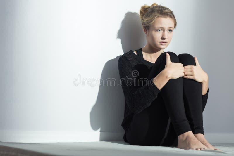 Jeune fille déprimée photographie stock libre de droits