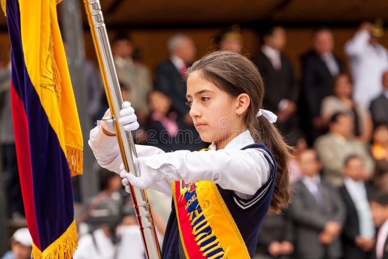 Jeune fille d'école avec le drapeau équatorien photographie stock
