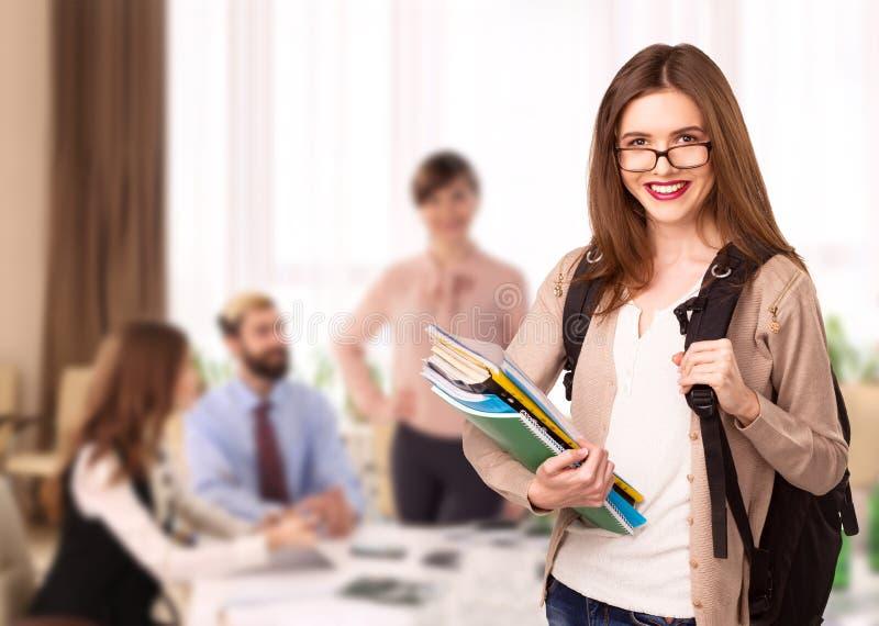 Jeune fille d'étudiant avec des carnets dans la salle de classe images stock