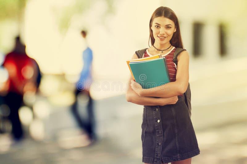 Jeune fille d'étudiant dans le campus photographie stock libre de droits