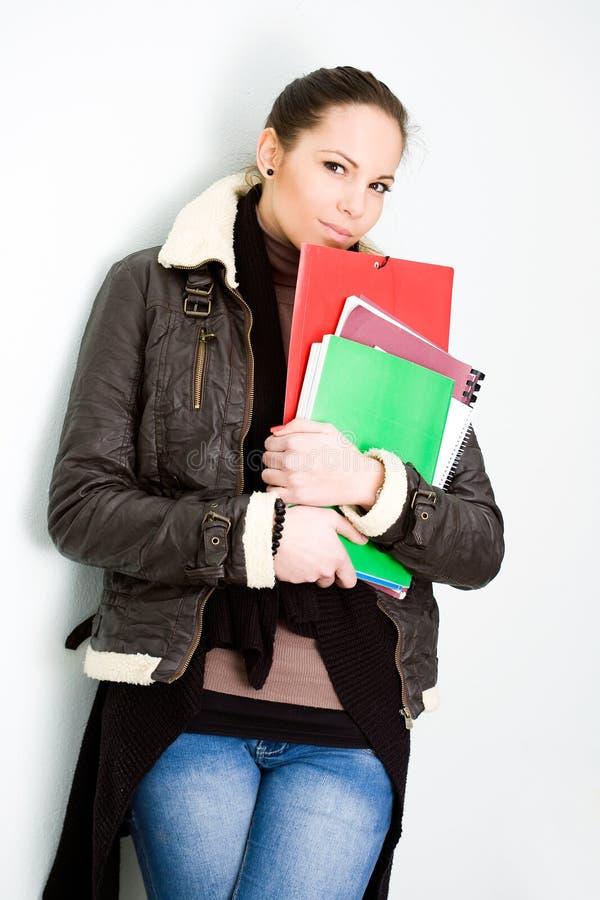 Jeune fille d'université confiante de brunette. photos libres de droits