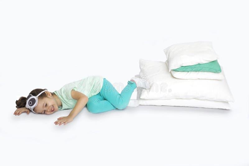 Jeune fille dans des pyjamas étant prêts pour le lit image libre de droits