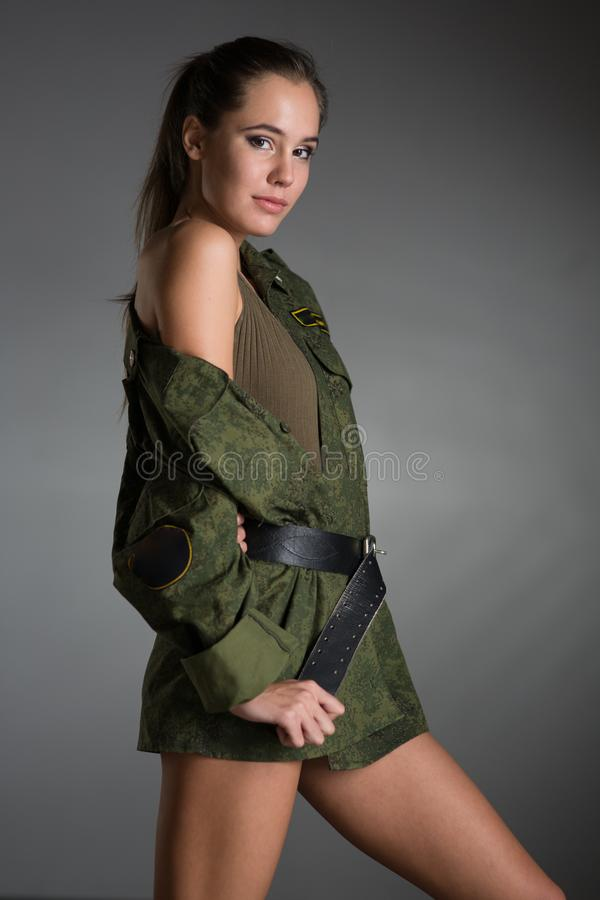Jeune fille dans l'uniforme d'armée photographie stock