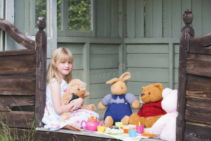 Jeune fille dans la cloche jouant le thé et le sourire photo libre de droits
