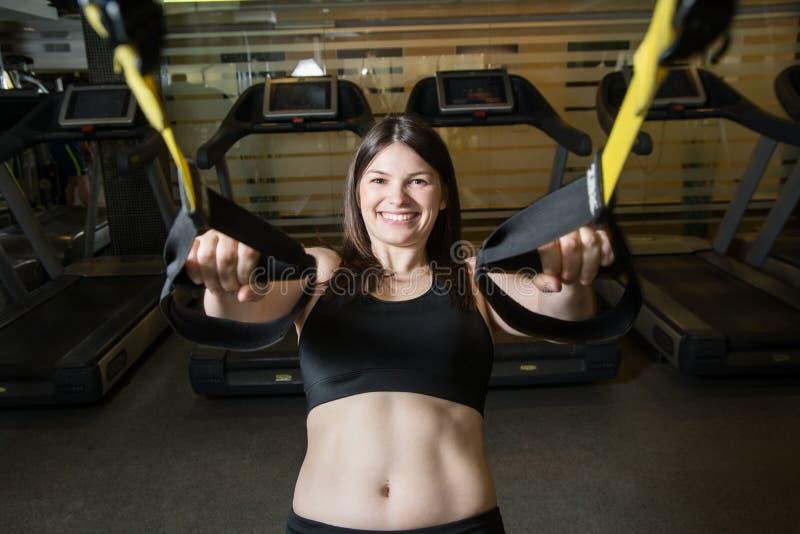 Jeune fille dans la corde élastique au centre de gymnase de forme physique images stock