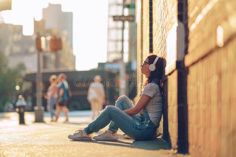 Jeune fille dans la rue photo libre de droits
