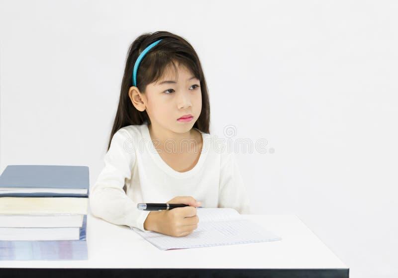 Jeune fille dans la salle de classe image stock