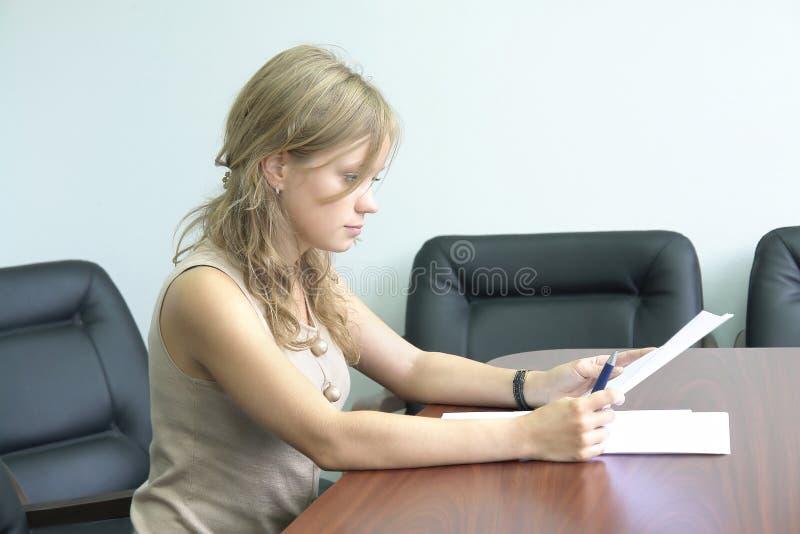 Jeune fille dans le bureau photos stock