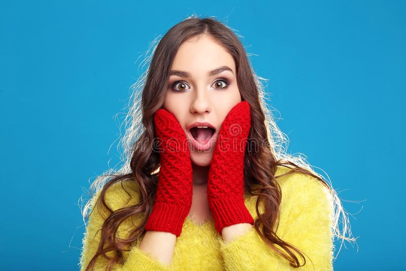 Jeune fille dans le chandail jaune et les gants rouges images stock