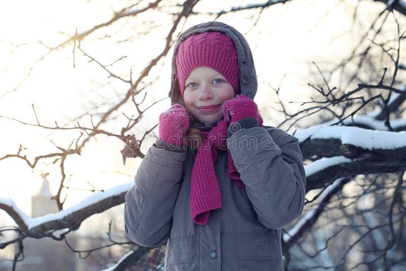 Jeune fille dans le chapeau et l'?charpe roses en parc dans le jour d'hiver de Milou Fille d'enfant ? l'ext?rieur photos stock
