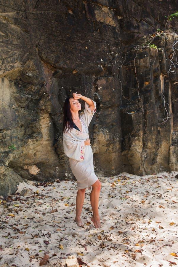 Jeune fille dans le consentement avec la nature dans transparent image libre de droits
