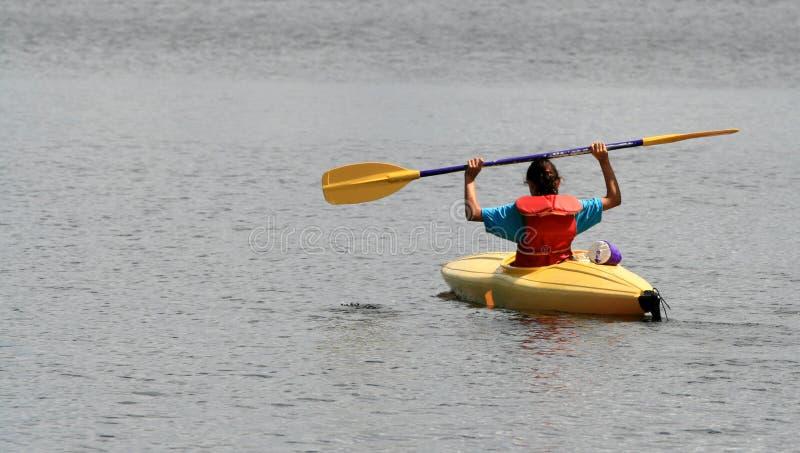 Jeune fille dans le kayak jaune photo libre de droits