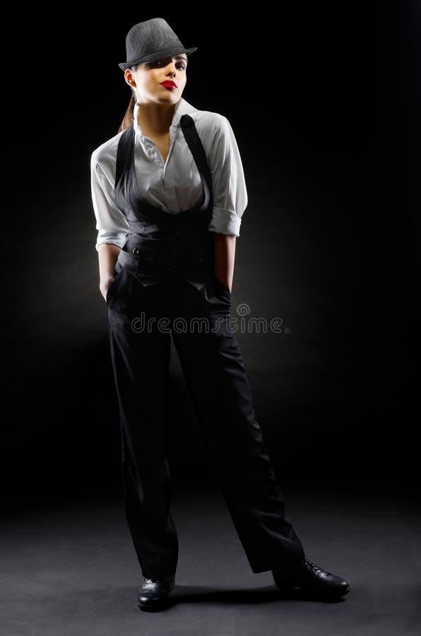 Jeune fille dans le style viril photo stock