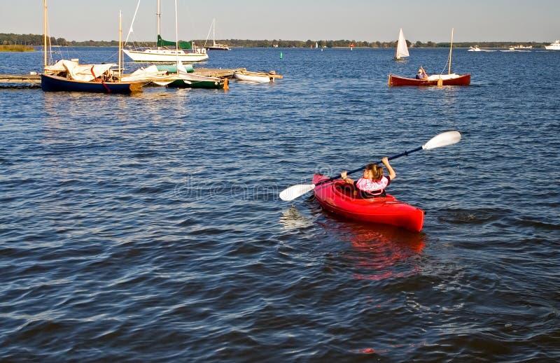 Jeune fille dans un kayak image stock