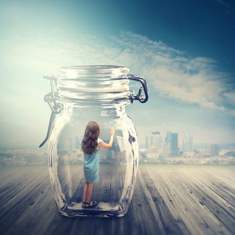 Jeune fille dans un pot en verre photo stock