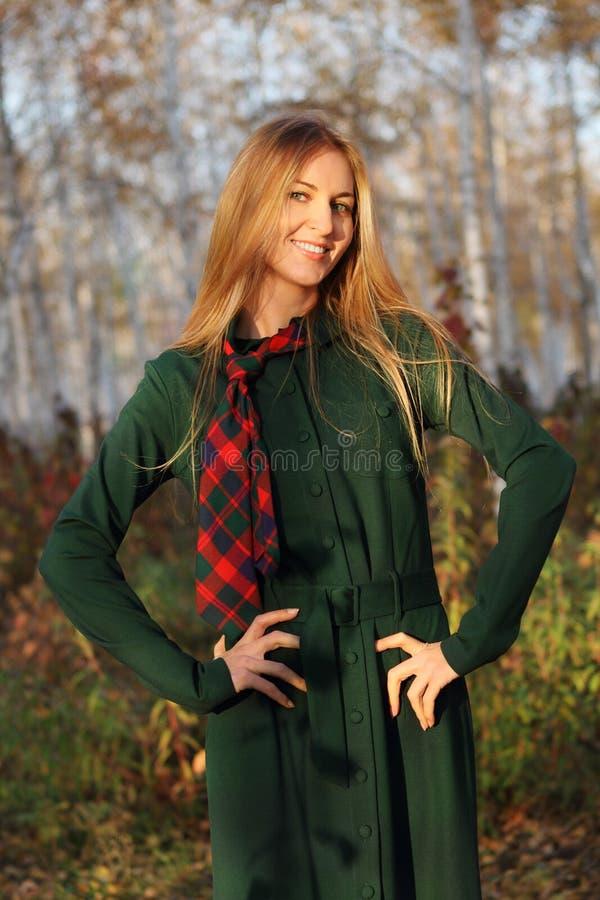 Jeune fille de blong en stationnement d'automne photo libre de droits