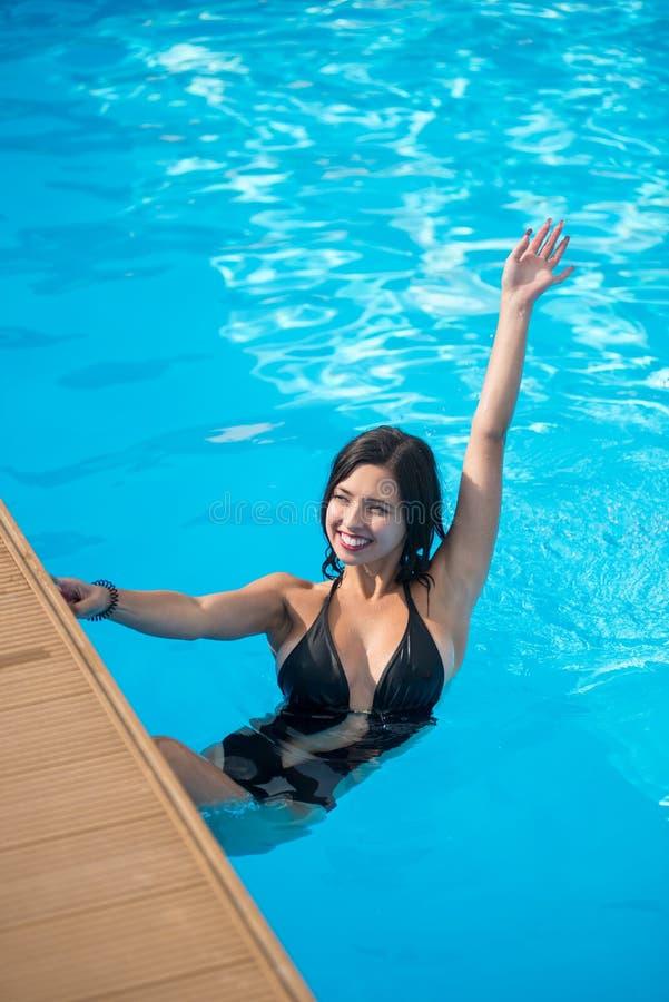Jeune fille de brune avec un beau sourire dans une piscine for Algues brunes piscine