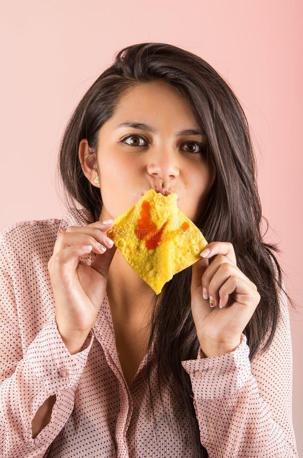 Jeune fille de brune mangeant le biscuit chinois de wonton photographie stock libre de droits