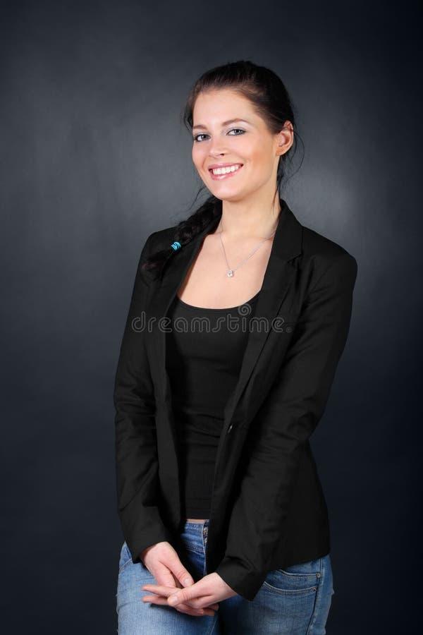 Jeune fille de brunette dans le stand de couche images libres de droits